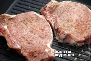 Выложить мясо на гриль и жарить