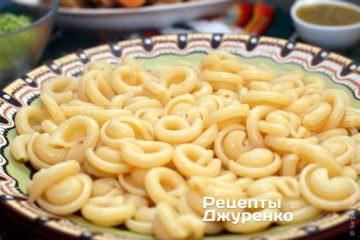 Отваренную пасту выложить на тарелку