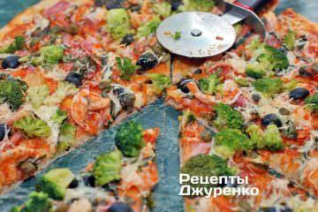 Розрізати піцу з креветками і брокколі