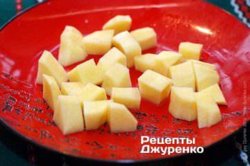 Додати в суп нарізану картоплю