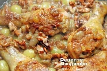 Залить куриные ножки соусом и тушить до полной готовности