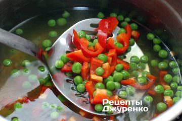 Сварить в овощном бульоне перец и зеленый горошек