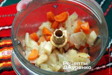 Измельчить сваренную морковку, лук и сельдерей