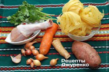 Інгредієнти: локшина, курка, морквина, корінь петрушки, зелень петрушки, картопля, цибуля, часник, спеції