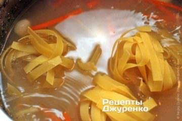 Положить в суп лапшу