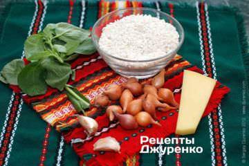 Ингредиенты: рис арборио, лук-сеянец, оливковое масло, чеснок, белое вино, пармезан, базилик, специи
