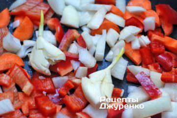 Нарізати всі овочі великими шматками