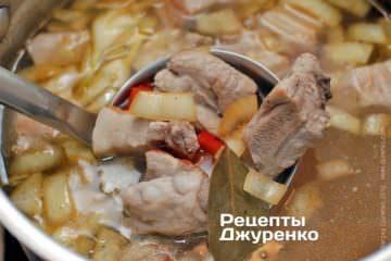Додати обсмажені овочі в суп і варити