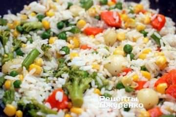 Додати відварений розсипчастий рис і перемішати