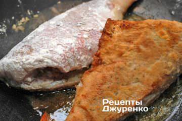 Обжарить рыбу до румяной корочки