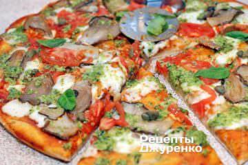 разрезать пиццу на 6-8 частей