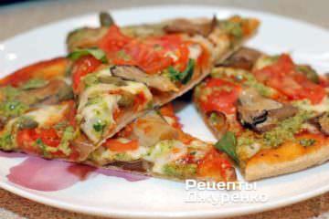 Подається піца з грибами гарячою