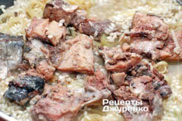 Викласти в рис сардини