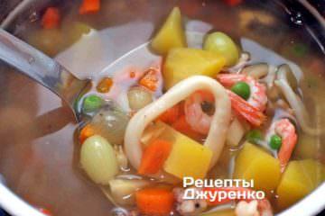 Положить в суп морепродукты