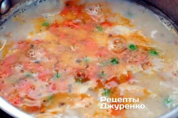 Відразу ж додати в суп з морепродуктів вершки, довести до кипіння і варити до готовності