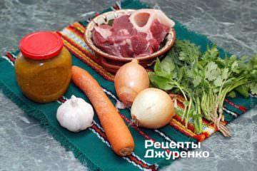 Ингредиенты: говядина, орехи, морковь, лук, ткемали, чеснок, зелень (укроп, кинза, базилик), рис, специи