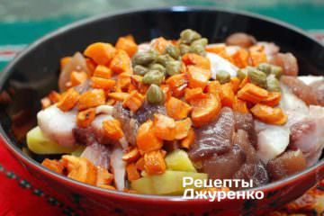 Смешать картошку, селедку, морковку, каперсы