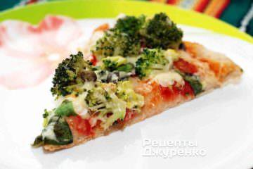 Вкусная зеленая пицца