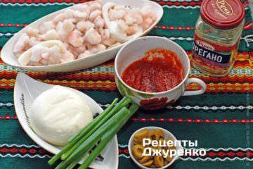 Ингредиенты: тесто для пиццы, кольца кальмаров, моцарелла, томатный соус, оливки, пармезан, зеленый лук, специи