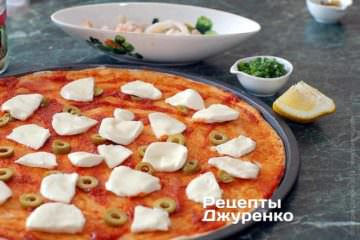 Разложить моцареллу и оливки