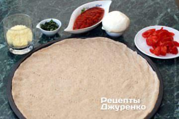 Викласти тісто на форму і наколоти його виделкою