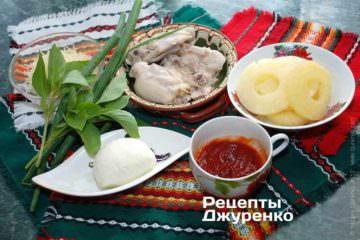 Інгредієнти: тісто для піци, курка, ананас, базилік, пармезан, моцарела, орегано, томатний соус, зелена цибуля, оливкова олія