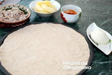 Выложить тесто на форму и наколоть вилкой