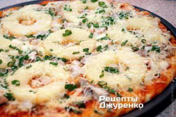 Фото к рецепту: пицца с ананасами и курицей