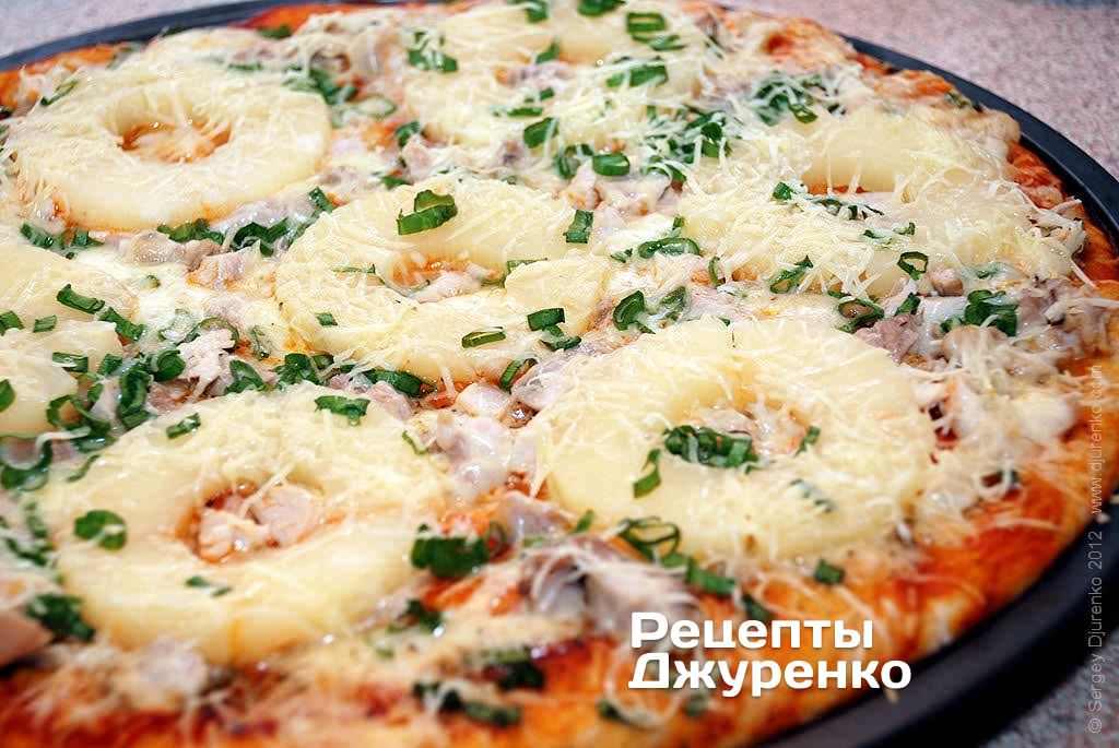 Пицца с ананасами и курицей