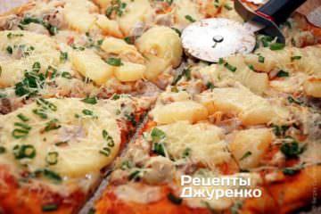 Пиццу разрезать роликовым ножом на 6-8 частей и сразу же подавать к столу