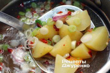 Сварить в бульоне молодые овощи