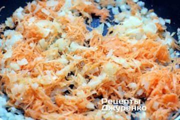 Очищенную морковку натереть на мелкую терку и добавить к обжаренному луку