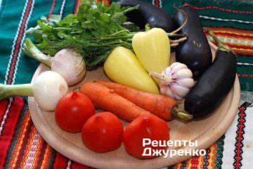 Ингредиенты: баклажаны, сладкий перец, острый перец, морковка, чеснок, лук, помидоры, кинза, базилик, петрушка, укроп, специи, растительное масло