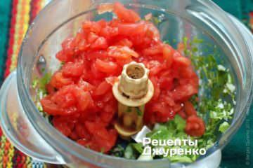 Мешать мякоть помидоров с чесноком и кинзой