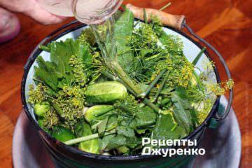Залити розсіл у відро з огірками
