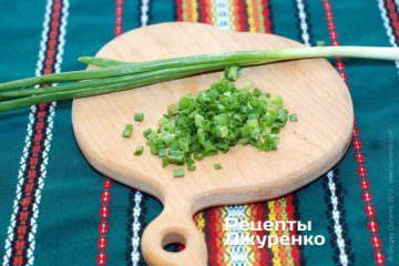 Мелко нарезать зеленый лук