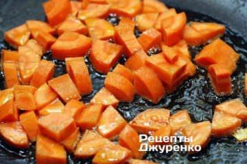 Обжарить морковку на масле