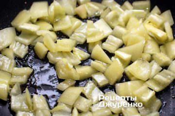 Обжарить нарезанный перец на масле