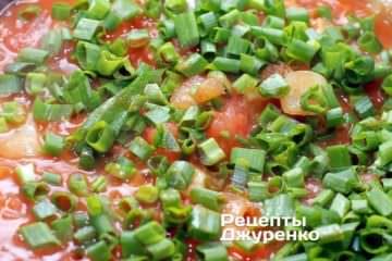 Добавить нарезанный зеленый лук