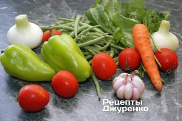 Ингредиенты: зеленые стручки фасоли, лук, морковь, сладкий перец, помидоры, чеснок, зеленые травы, специи, растительное масло