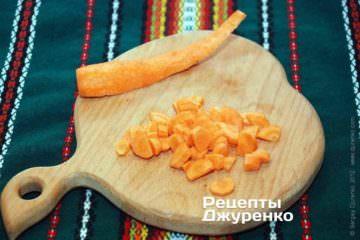 Очистить и нарезать морковку
