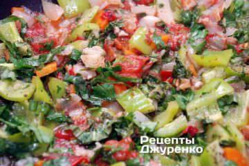 Положить в блюдо всю нарезанную зелень