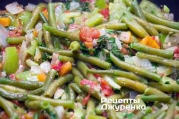 Смешать с овощами отваренную фасоль