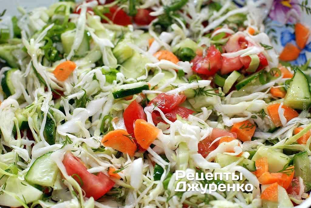 Салат из помидор капусты и зелени