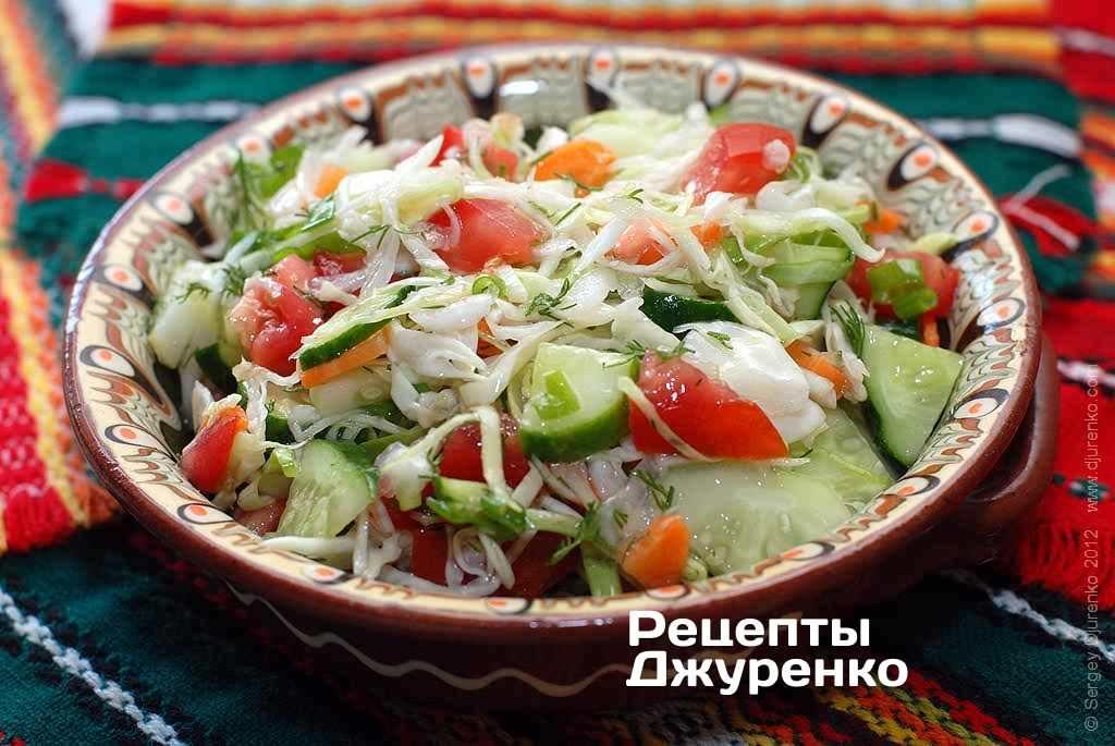 Салат с капустой и овощами