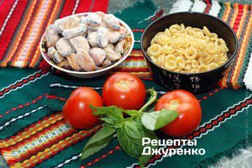 Ингредиенты: паста (cappelletti), мидии, помидоры, базилик, оливковое масло, специи