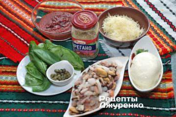 Ингредиенты: тесто для пиццы, морепродукты, базилик, моцарелла, пармезан, каперсы, томатный соус, орегано