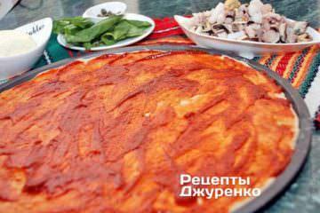 Змастити тісто томатний соусом