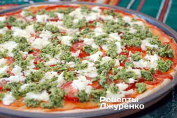 Намазать пиццу песто