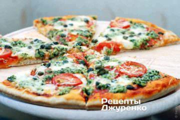 Пицца с базиликом, пармезаном и помидорами